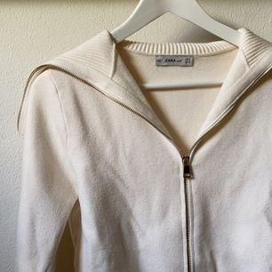 Så fin tröja i krämvit-beige färg