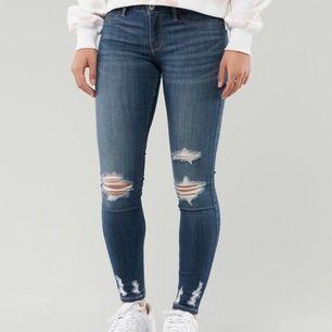 Jeans från Hollister. Säljer då de är för små. Använda ca 3ggr. Nypris är ca 600kr och de går endast att köpas på online på hollisters hemsida. Köpare står för frakt