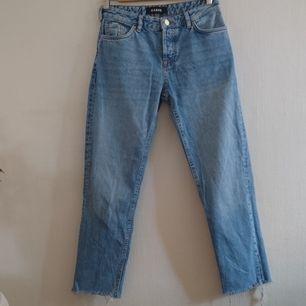 Supersnygga ljusa jeans från Karve i storlek XS, passar till allt! Köpta på Carlings. Fint skick, sparsamt använda! Tjockt fint jeanstyg med fransar längst ned och knappgylf🌷🌸 Frakt tillkommer för 59 kr!