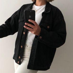 Snygg oversized jeansjacka från monki! Färgen är svart, milt stentvättad. Passar även M. Gott skick. Köparen står för frakt🤍✌🏼
