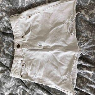 Vit kjol från Bershka köpt här på plick. Väldigt fin men passade tyvärr inte mig :/