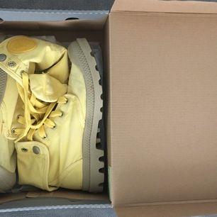 Ett par gula palladium skor inköpta i England för 3år sedan. De har använts 1gång sedan legat i sin låda orörda.