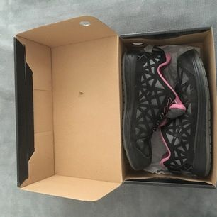 Skyddskor från bluewear som nu stått still i 3år, liten rosa kant inuti skon men annars ganska neutral.
