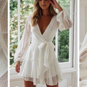 Helt oanvänd klänning som tyvärr inte kommit till användning! Köpt från DM retro och är i storlek S. Köparen står för eventuell frakt!