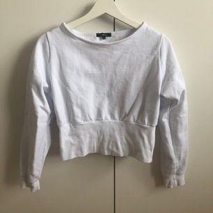 """Kortare tröja i """"hoodie"""" material. Använd 2 gånger. Jätte bra kvalité. Köpt på zalando."""