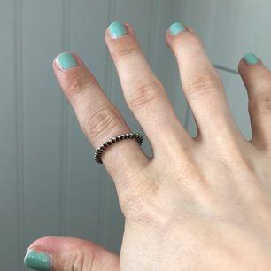 Tror inte den är äkta silver men inte blivit grön om fingrarna än... har mkt ringar så behöver inte denna