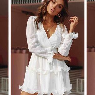 Helt oanvänd klänning från DM retro! Säljer för att den tyvärr inte kommer till användning. Storlek S, köparen står för eventuell frakt!