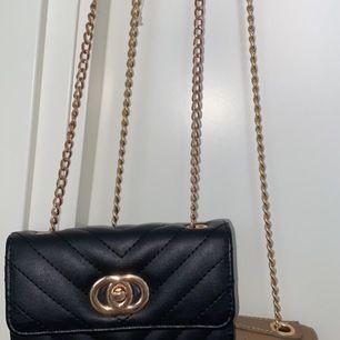 Jag vill sälja mina 2 väskor. Den bruna kostar 50kr och den svarta kostar 30kr. Om man vill köpa båda så blir det 70kr. Den bruna har ganska lång kedja men man kan knyta den inne i väskan. Om du bor långt bort från Stockholm så kan vi diskutera frakten.