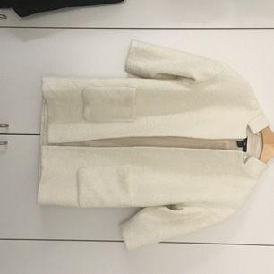 Vit fin kappa från H&M som väntat på att få bli använd utöver att jag provar den och tänker: vid rätt tillfälle.