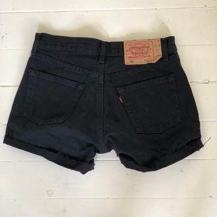 Svarta Levis jeansshorts, superfina!