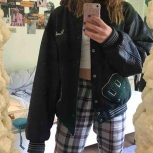 Varsity jacket i stl XL, sitter oversized på mig som vanligtvis har stl S, fraktar för 93kr eller möts i uppsala💕