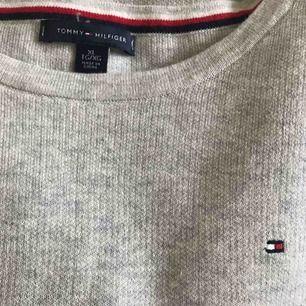 Skön finstickad tröja från Tommy Hilfiger. Jättefin men kommer tyvärr inte till användning. Köpt för 800kr och använd endast ett fåtal gånger. Den är XL men sitter bara lite oversize på mig som har XS.