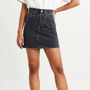Svart/grå Levis kjol i storlek 27. Det är inte exakt den som visas på modellen utan den har lite slitningar längst ner (se bild). SUPERsnygg verkligen men tyvärr har den blivit för liten för mig och måste nu sälja den :( frakt tillkommer 📦