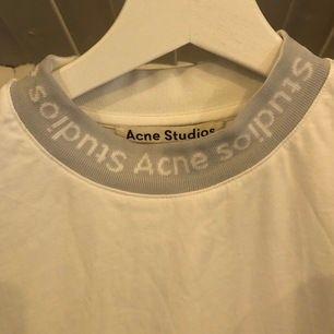 Supersnygg och cool tshirt från Acne. Den är sparsamt använd och i nyskick! Den är vit med ljusgrå/vit krage. I storlek XS, men passar mig som har s/m. Inköpt på NK i Stockholm.