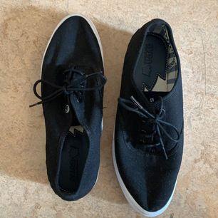 Skor från Svea använda några gånger så det är lite använd sända men INTE smutsiga och uttöjda