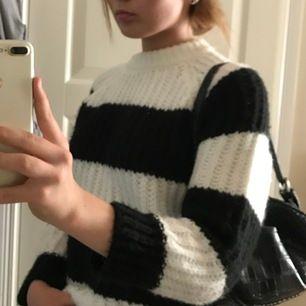 Jätte fin randig stickad tröja ifrån zara💖 Passar jätte bra till en sommarkväll!