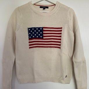 Krämvit stickad Gant tröja med USA-flagga i storlek S. I väldigt fint skick. Säljer för 250kr+frakt.