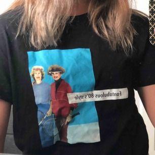 Snygg oanvänd T-shirt i 80s style! Oversize passform och sjukt snygg!! Från zara👼🏼