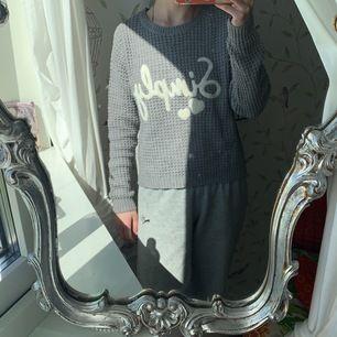 Säljer min gråa stickade tröja. Använder inte längre pga att den är för liten för mig. Storlek s. Köparen står för frakten 🤍