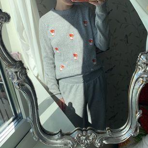 Säljer denna gråa långärmade tröjan med små gulliga rävar på. Tröjan är jättemysig och är stretchig. Helt ny, aldrig använd. Köparen står för frakten 🤍