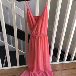 Långklänning från gina i rosa, passar bra som sommarklänning eller kanske bal. Endast använd vid ett tillfälle