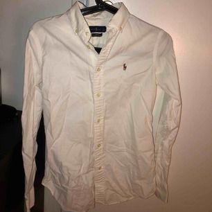 Superfin o fräsch vit skjorta från Ralph lauren. Använd ca 2 gånger, den har inga defekter. Behövs bara att strykas 🌸