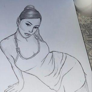 Skicka en bild som du vill att jag ska rita, pris beroende på om det är flera personer i bilden💗💗 Skicka ett meddelande om du är intresserad✨💌 Ritar på A4 papper, svart och vitt och på fint papper. Frakten ingår i priset och jag tar bara swish.