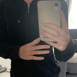 fin zip-hoodie i sammetsliknande material (?) den är använd, men fortfarande i fint skick🥰