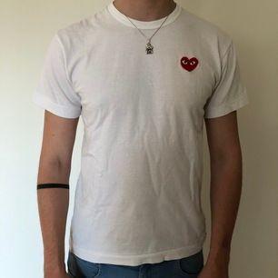 Vanlig vit CDG PLAY t-shirt. Säljes som på bild. Pris kan diskuteras.