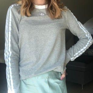 En långärmad Adidas tröja i storlek S men kan passa XS också 💗 Orginalpriset var 379kr. ( frakt tillkommer )