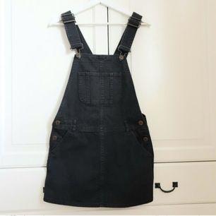 Grå hängselklänning i storlek S från Weekday
