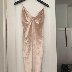 """Snygg klänning i """"sammetsmaterial"""" typ! Från nelly"""