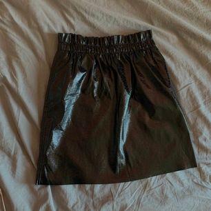 Glansig kjol från Gina i storlek M, mycket fint skick. Frakt tillkommer på 43kr🥰 pris går att diskutera