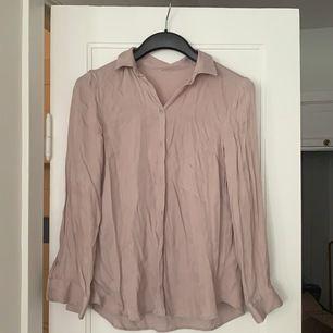 Najs beige skjorta! Behövs strykas typ, vet ej vart den är köpt men bra material❤️