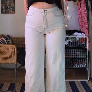 Säljer dessa snygga vita jeans med svarta sömmar från Weekday. Dom är i fint skick då jag bara använt dom enstaka gånger. Det är en kort somrig modell. Innerbenslängd: 61 cm ❤