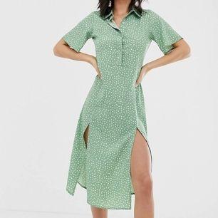 Säljer denna helt oanvända skjortklänningen från asos. Prislappen sitter kvar! Den är prickig och har fyra knappar upptill och två slittar nertill ❤