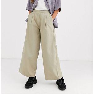 Säljer dessa underbara byxorna från asos som tyvärr är för små för mig. De är supersköna och snygga med stretch i midjan ❤