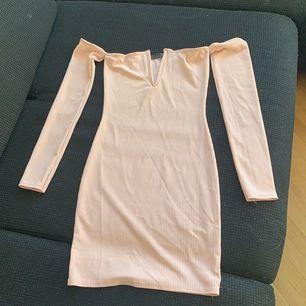 Skitsnygg baraxlad klänning från Missguided! Bud 250