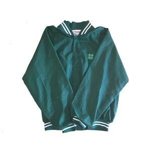 Säljer en grön varsityjacka med ett klövermotiv. Ingen märkt storlek men passar S-M. Jackan är i bra skick förutom tyget på armen som gått av lite men inget man tänker på vid användning.  Meetup i Malmö eller spårbar frakt på 63kr. Dm vid intresse!