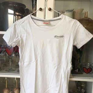 Fräsch vit T-shirt från Champion. Använd Max 2 ggr och riktigt vit och fräsch. Säljes pga att jag har alldeles för många vita t-shirts... hoppas att ngn annan får användning för den. 🥰🥰 Buda från 50kr.
