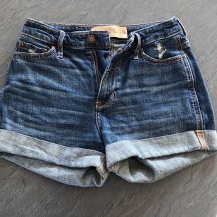 Ett par fina hollister shorts som sitter snyggt på, använda fåtal gånger och är precis som nya.                                          Frakt: 40kr