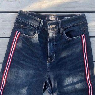 Säljer mina mom jeans från hollister! Använd max 1 gång. Modell: Ultra high Rise mom. Storlek w25 l27.      Frakt ej inkluderad i priset.