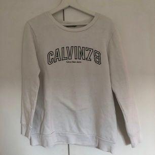 Vit Calvin Klein tjocktröja som är knappt använd, endast fåtal gånger
