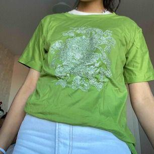 Köpte den här tröjan men den var inte som jag tänkte. Köpte den i storlek L men den satt som en XS/S, trycket ska vara en drake. Priset kan sänkas. Fraktar eller möts i Stockholm (den är skrynklig på bilden, ser nog bättre ut stryktk)