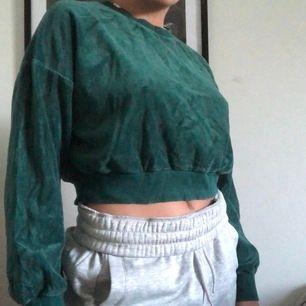 Fin mörkgrön croppad tröja i velour😍
