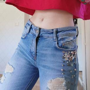 Jättefina jeans med diamanter, en diamant saknas(se bild 3), som referens på längden så är jag 158cm lång, katt finns i hemmet, 130kr + 66kr frakt