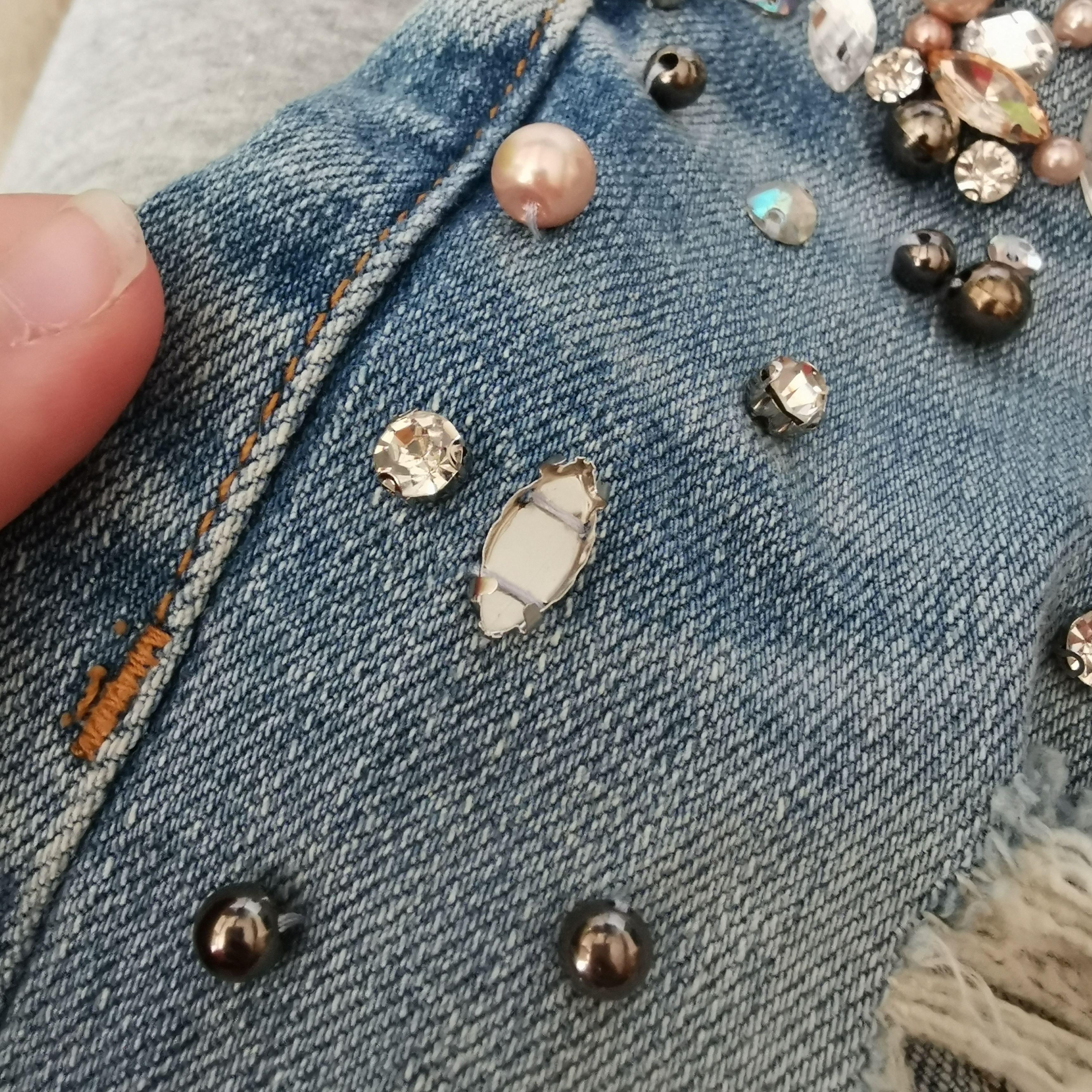 Jättefina jeans med diamanter, en diamant saknas(se bild 3), som referens på längden så är jag 158cm lång, katt finns i hemmet, 130kr + 66kr frakt. Jeans & Byxor.