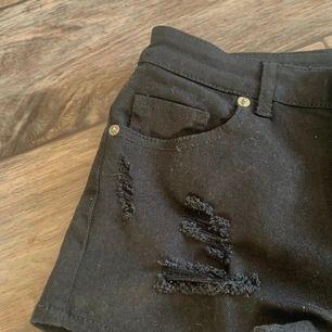 jeansshorts i fint skick då de aldrig är använda. Andra och sista bilden stämmer bäst överens med färgen irl. De har även lite slitningar och de är sjukt fina🥰