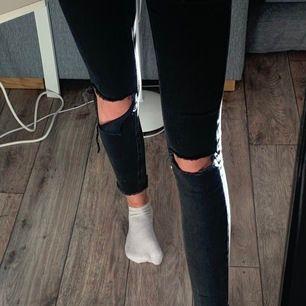 suuuperfina jeans med lite slitningar på knän och längst ner i en superfin tvätt. Tyvärr är de lite för korta för mig:( de är i strlk 38, men passar mig som har xs (förutom i längden då, men jag har väldigt långa ben)🥰