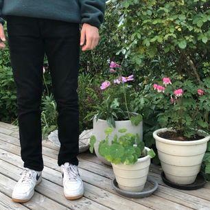 Svarta jeans från weekday i modellen EASY 👖. Använda ett fåtal gånger. Storlek 28/30. Nypris 500 kr. Frakt ingår ej i priset 😁